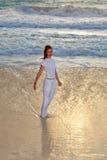Kobieta na dennym wybrzeżu na plaży na sunset.portrait maksimum zdjęcia stock
