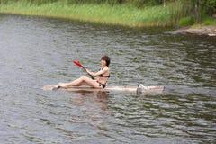 Kobieta na drewnianej tratwie obrazy stock
