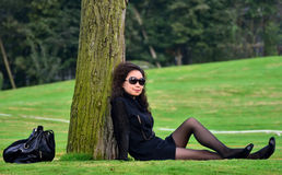 Kobieta na gazonie Fotografia Royalty Free