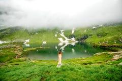 Kobieta na halnym jeziorze Obrazy Royalty Free