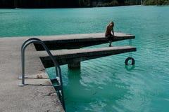 kobieta na jeziorze Barcis z czystym, krystalicznym i zimnym nawadnia w prowinci Pordenone friuli-venezia Giulia Włochy obrazy stock
