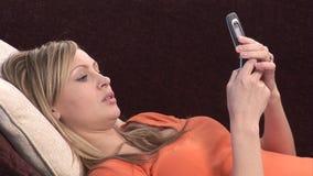 Kobieta na kanapa telefonie zdjęcie wideo