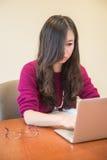 Kobieta na komputerze Fotografia Royalty Free