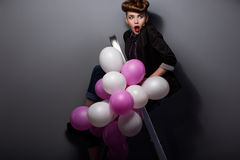 Kobieta na krok drabinie z Lotniczymi balonami Ma zabawę Obraz Stock