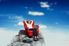 Kobieta na krześle odpoczywa na górze skały Zdjęcia Royalty Free