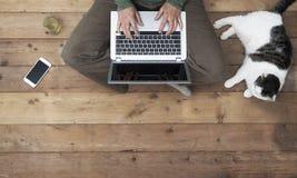 Kobieta na laptopu odgórnym widoku w domu obrazy stock