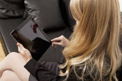 Kobieta na leżanek work´s z pastylka pecetem Obrazy Royalty Free