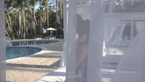 Kobieta na lounger basenem zbiory