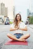 Kobieta na miasta miastowy uliczny robi joga Obrazy Royalty Free