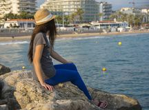 Kobieta na mola spojrzeniach przy miastem Sitges zdjęcie royalty free