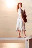Kobieta na molu na zewnątrz mienie skrzypce Zdjęcie Stock