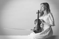 Kobieta na molu na zewnątrz mienie skrzypce Fotografia Royalty Free