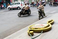 Kobieta na motocykli/lów stojakach na ruchliwej ulicie z Windsor placu Hotelowy neonowym podpisuje wewnątrz przedpole w Ho Chi Mi zdjęcie royalty free