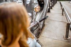Kobieta na motocyklu zdjęcia stock