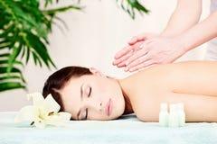 Kobieta na naramiennym masażu zdjęcia royalty free