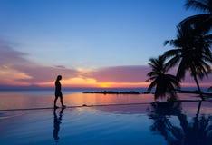 Kobieta na nieskończoność basenie Zdjęcia Royalty Free