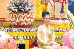 Kobieta na pławiku w rocznej kwiatu festiwalu paradzie obraz royalty free