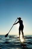 Kobieta na Paddle Występujący Solo Desce Fotografia Stock