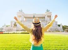 Kobieta na piazza venezia w Rome, Italy cieszenie Zdjęcia Royalty Free
