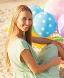 Kobieta na plażowym mieniu barwił polek kropek balony Zdjęcie Stock