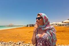 Kobieta na plaży nieżywy morze Obraz Royalty Free