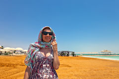 Kobieta na plaży nieżywy morze Zdjęcie Stock
