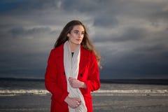 Kobieta na plaży przy zmierzchem obrazy royalty free