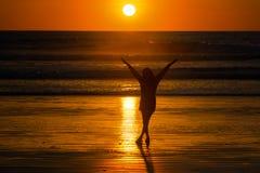 Kobieta na plaży przy zmierzchem Obraz Royalty Free