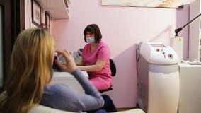 Kobieta na przyjęciu przy lekarką zbiory wideo