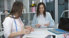 Kobieta na przyjęciu przy lekarka biurowym terapeutą zbiory wideo