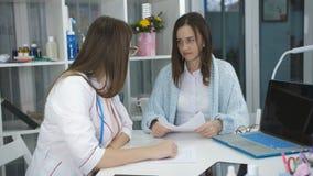 Kobieta na przyjęciu przy lekarka biurowym terapeutą zbiory