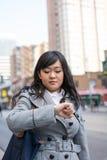 Kobieta na ruchliwej ulicie Zdjęcia Stock