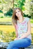 Kobieta na słonecznym dniu w parku obrazy stock
