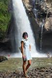 Kobieta na siklawie głęboko w tropikalnym lesie tropikalnym Ubud, tropikalna Bali wyspa, Indonezja Egzotyczna scena zwrotniki Fotografia Royalty Free