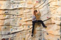 Kobieta na skały ścianie Zdjęcie Royalty Free