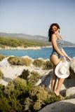 Kobieta na skale nad morzem w lecie Obraz Stock