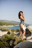 Kobieta na skale nad morzem w lecie Fotografia Royalty Free