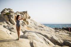 Kobieta na skale nad morzem w lecie Zdjęcie Royalty Free