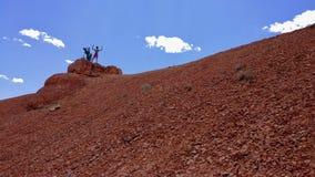 Kobieta na szczyciefal tg0 0n w tym stadium Czerwonego jaru właśnie na zewnątrz Bryka jaru Utah Zdjęcia Royalty Free