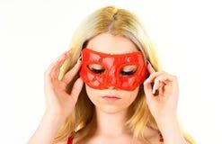 Kobieta na tajemniczym twarzy sztuki gry rola, wizyty maskarada Dziewczyna z długim blondynka włosy jest ubranym maskę Dama z dłu Obraz Royalty Free