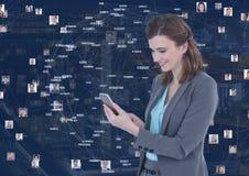 Kobieta na telefonie przeciw nocy miastu z włącznikami zdjęcie royalty free