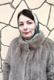 Kobieta na tle ściana zdjęcie stock