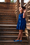 Kobieta na tle drewniana drabina Fotografia Stock