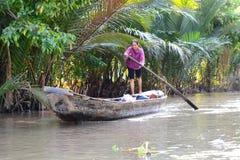 Kobieta na tradycyjnej łodzi Ben Tre Mekong delty region Wietnam Zdjęcia Royalty Free