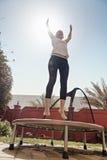 Kobieta Na Trampoline Fotografia Royalty Free