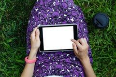 Kobieta na trawie z pastylką Obraz Royalty Free
