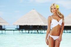 Kobieta na tropikalnej plaży Fotografia Royalty Free