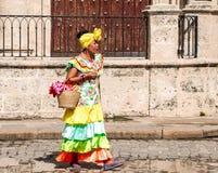 Kobieta na ulicie w Kuba w kolorowym smokingowym sprzedawaniu kwitnie Obraz Royalty Free