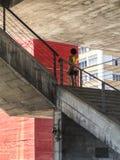 Kobieta na wejściowym schody MASP na paulista alei Obrazy Royalty Free