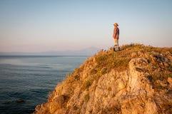 Kobieta na wierzchołku góra w zmierzchu zdjęcie royalty free